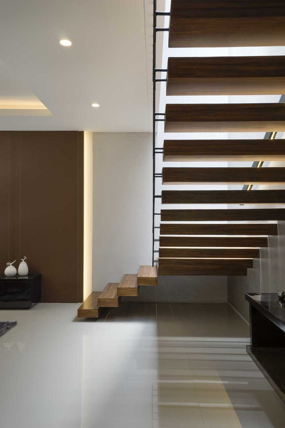 """Simple Projects Architecture """"s"""" House Pakuwon Indah, Surabaya - Indonesia Pakuwon Indah, Surabaya - Indonesia Staircase  32989"""