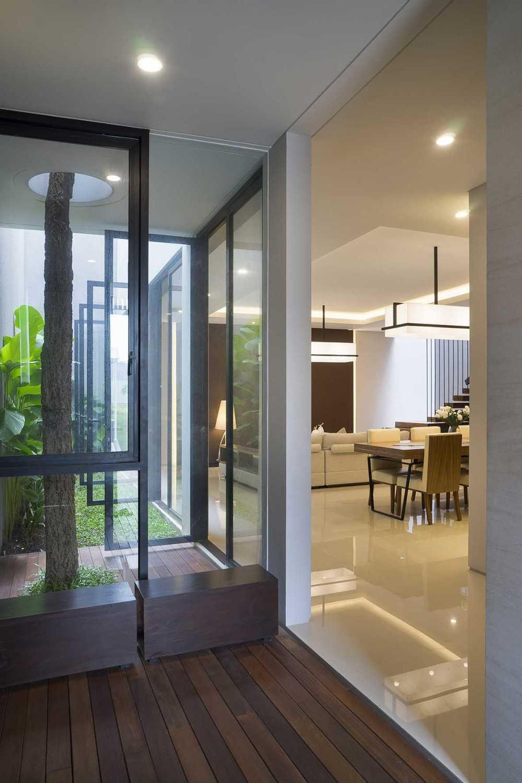 Foto inspirasi ide desain koridor dan lorong Corridor oleh Simple Projects Architecture di Arsitag