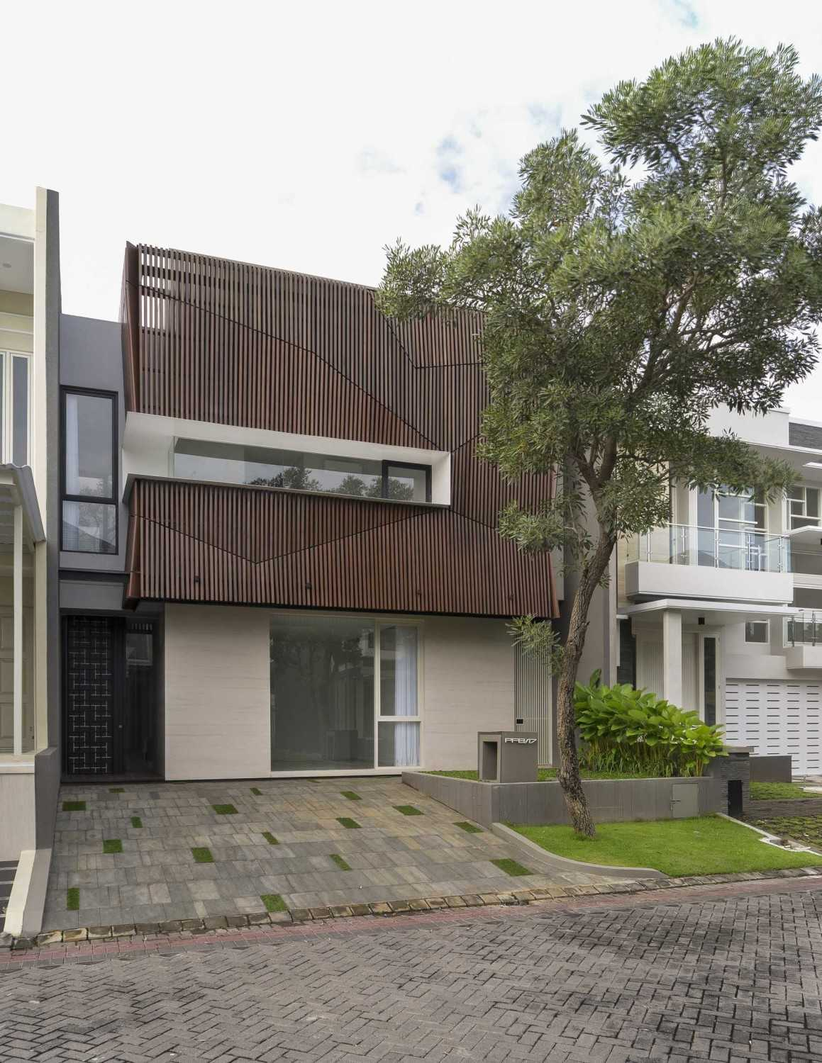 """Simple Projects Architecture """"s"""" House Pakuwon Indah, Surabaya - Indonesia Pakuwon Indah, Surabaya - Indonesia Tampak-02Newres  45722"""