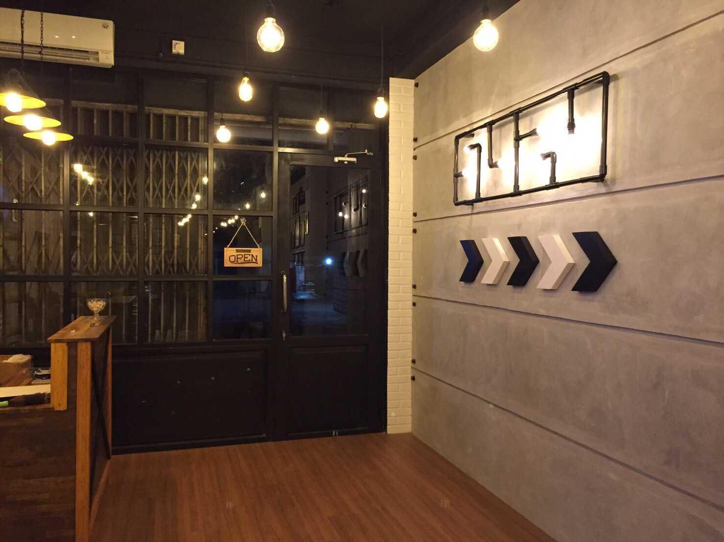 Foto inspirasi ide desain pintu masuk klasik Entrance area oleh Archipelago Interior Design & Construction di Arsitag