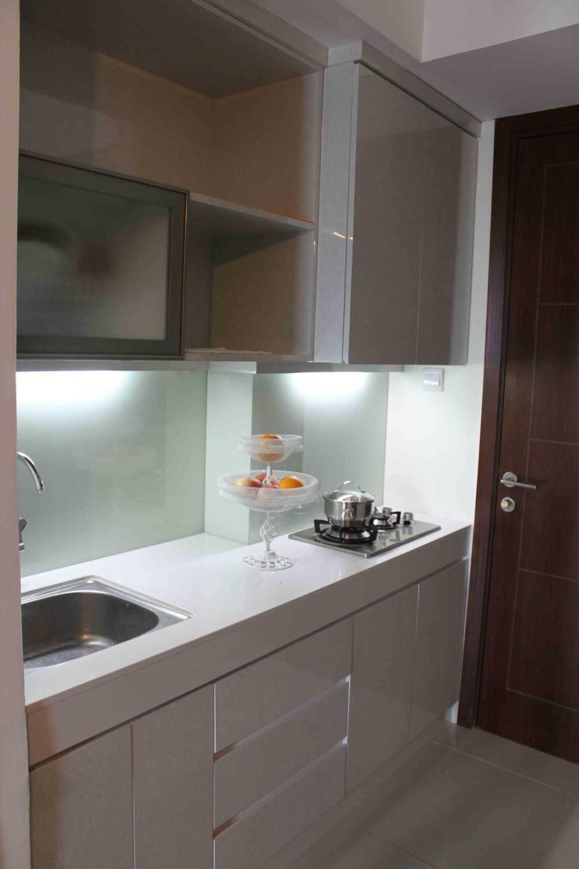 Foto inspirasi ide desain apartemen skandinavia Pantry oleh Tridivan Architama di Arsitag