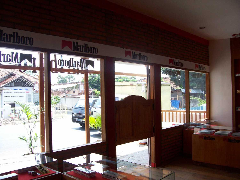 Foto inspirasi ide desain pintu masuk industrial Front entrance oleh Canvas MKC di Arsitag