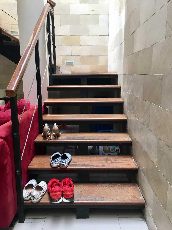 Foto inspirasi ide desain tangga tropis Stairs oleh RUPAKARA AKARSANA di Arsitag