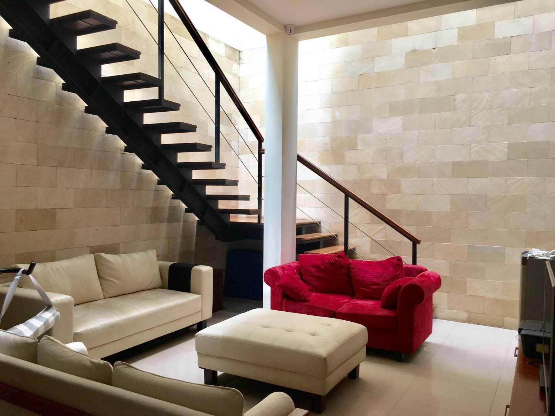 Foto inspirasi ide desain ruang keluarga tropis Living room oleh RUPAKARA AKARSANA di Arsitag