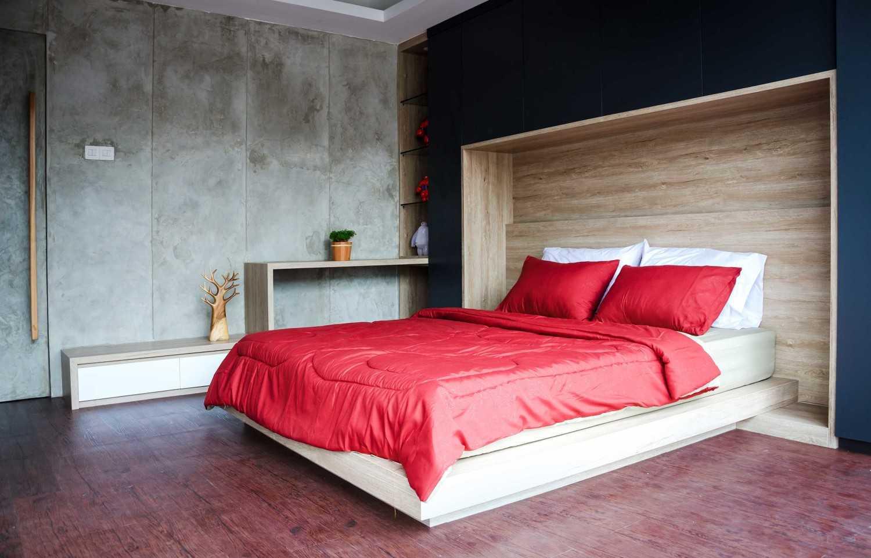 Foto inspirasi ide desain kamar tidur industrial Showroom kamar tidur oleh Inspace Studio di Arsitag
