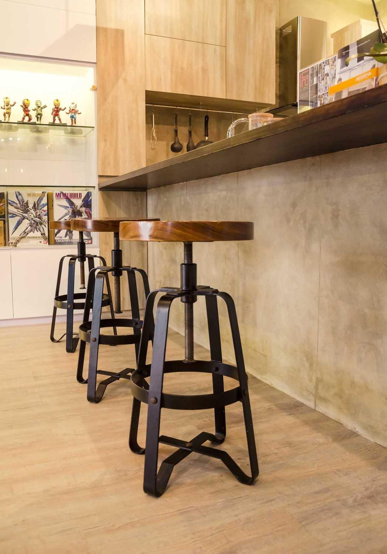 Foto inspirasi ide desain dapur industrial Showroom oleh Inspace Studio di Arsitag