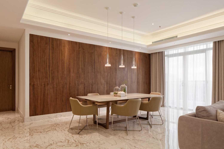Foto inspirasi ide desain ruang makan industrial Dining room oleh Sontani Partners di Arsitag