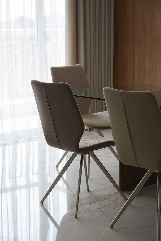 Foto inspirasi ide desain ruang makan industrial Chair details oleh Sontani Partners di Arsitag