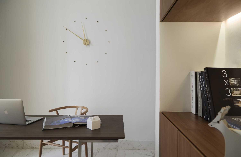 Foto inspirasi ide desain ruang kerja industrial Home office oleh Sontani Partners di Arsitag