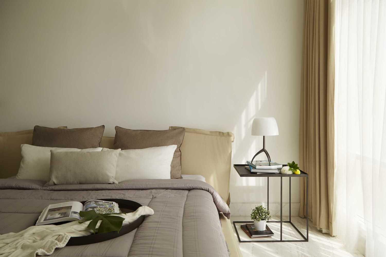Foto inspirasi ide desain kamar tidur industrial Master bedroom oleh Sontani Partners di Arsitag