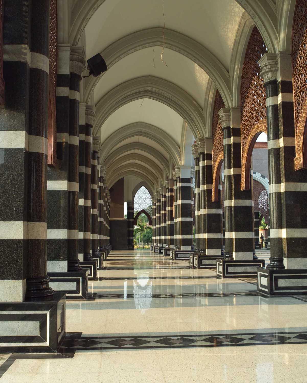 Foto inspirasi ide desain koridor dan lorong klasik Graphic9 oleh PT. GARISPRADA di Arsitag