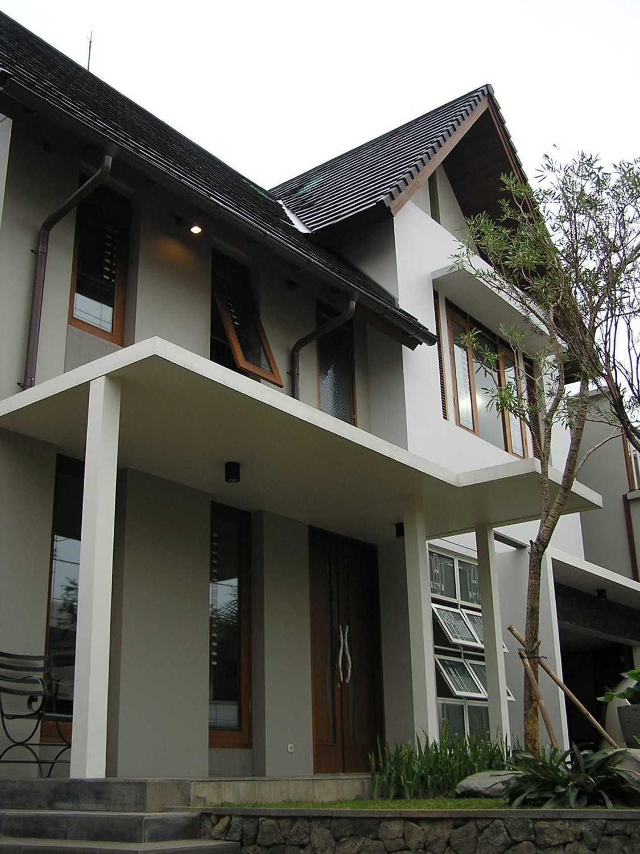 Foto inspirasi ide desain rumah kontemporer Facade oleh PT. GARISPRADA di Arsitag