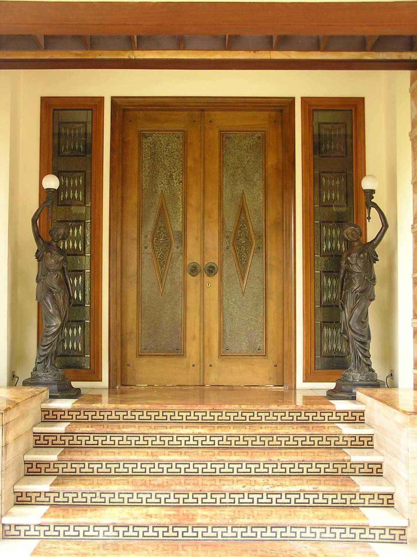 Foto inspirasi ide desain pintu masuk tropis Front door oleh PT. GARISPRADA di Arsitag