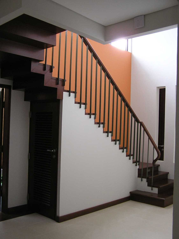 Foto inspirasi ide desain rumah kontemporer P3255852 oleh PT. GARISPRADA di Arsitag