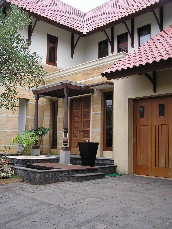 Foto inspirasi ide desain exterior tradisional Front area oleh PT. GARISPRADA di Arsitag