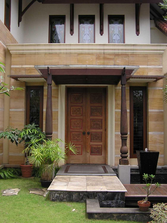 Foto inspirasi ide desain pintu masuk tradisional Front door oleh PT. GARISPRADA di Arsitag