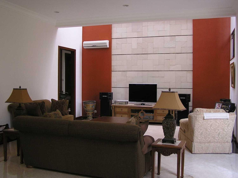 Foto inspirasi ide desain ruang keluarga tradisional Living room oleh PT. GARISPRADA di Arsitag