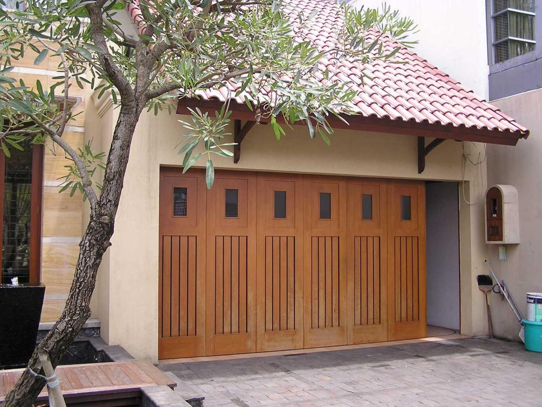 Foto inspirasi ide desain garasi tradisional Garasi oleh PT. GARISPRADA di Arsitag