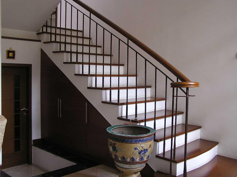 Foto inspirasi ide desain tangga tradisional Stairs oleh PT. GARISPRADA di Arsitag