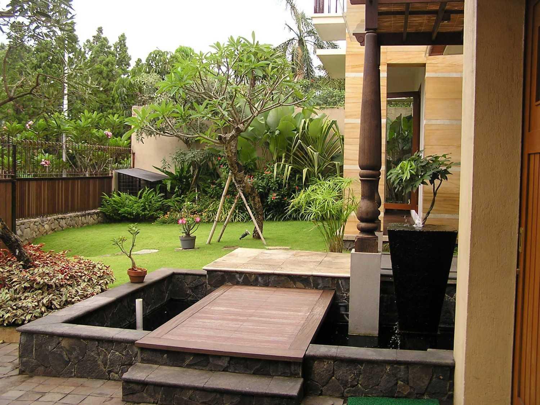 Foto inspirasi ide desain taman tradisional Front garden oleh PT. GARISPRADA di Arsitag