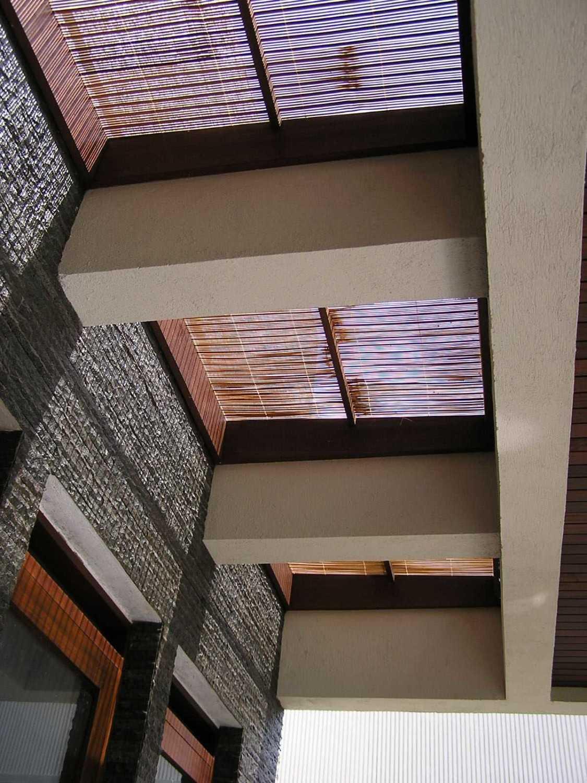 Foto inspirasi ide desain atap tropis Pa264672 oleh PT. GARISPRADA di Arsitag