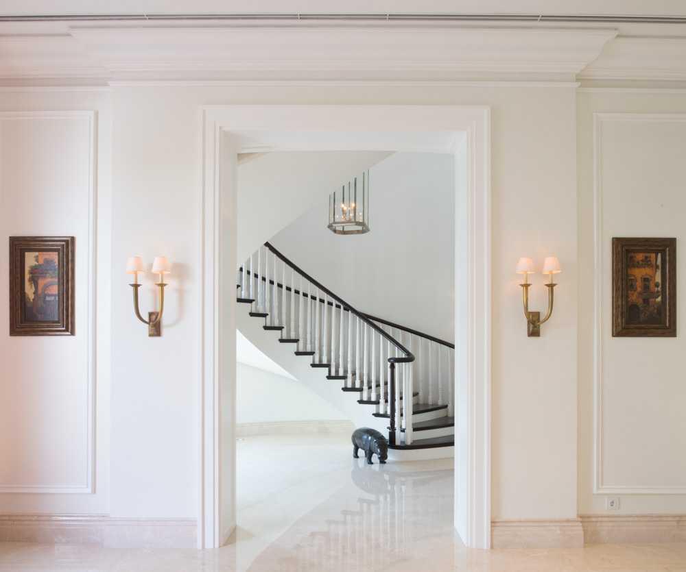 Foto inspirasi ide desain tangga klasik Stairs oleh Monoarch di Arsitag