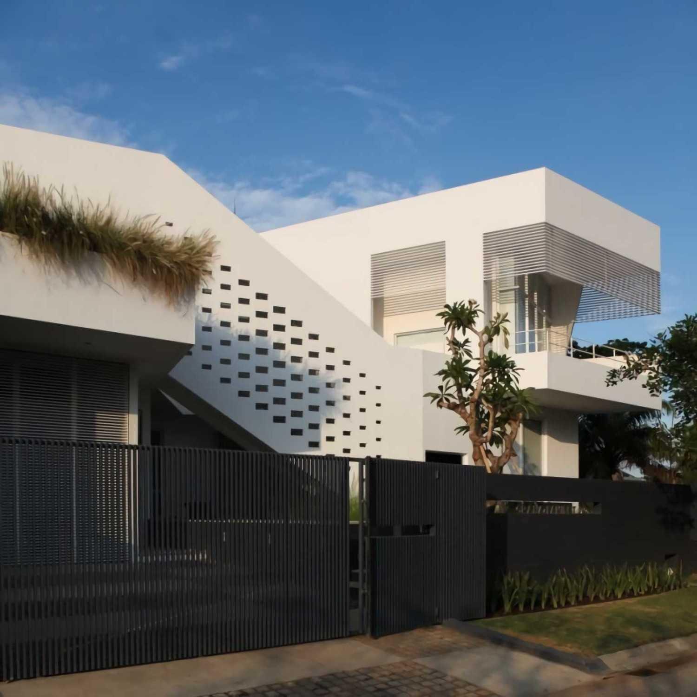 Ivan Priatman Architecture Ipcw Residence Surabaya Surabaya Facade View Contemporary 23750