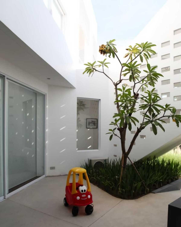 Ivan Priatman Architecture Ipcw Residence Surabaya Surabaya Garden Area  23751