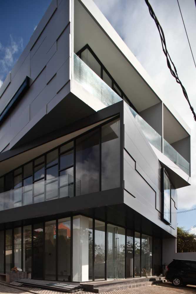 Foto inspirasi ide desain kantor modern Exterior details oleh IVAN PRIATMAN ARCHITECTURE di Arsitag