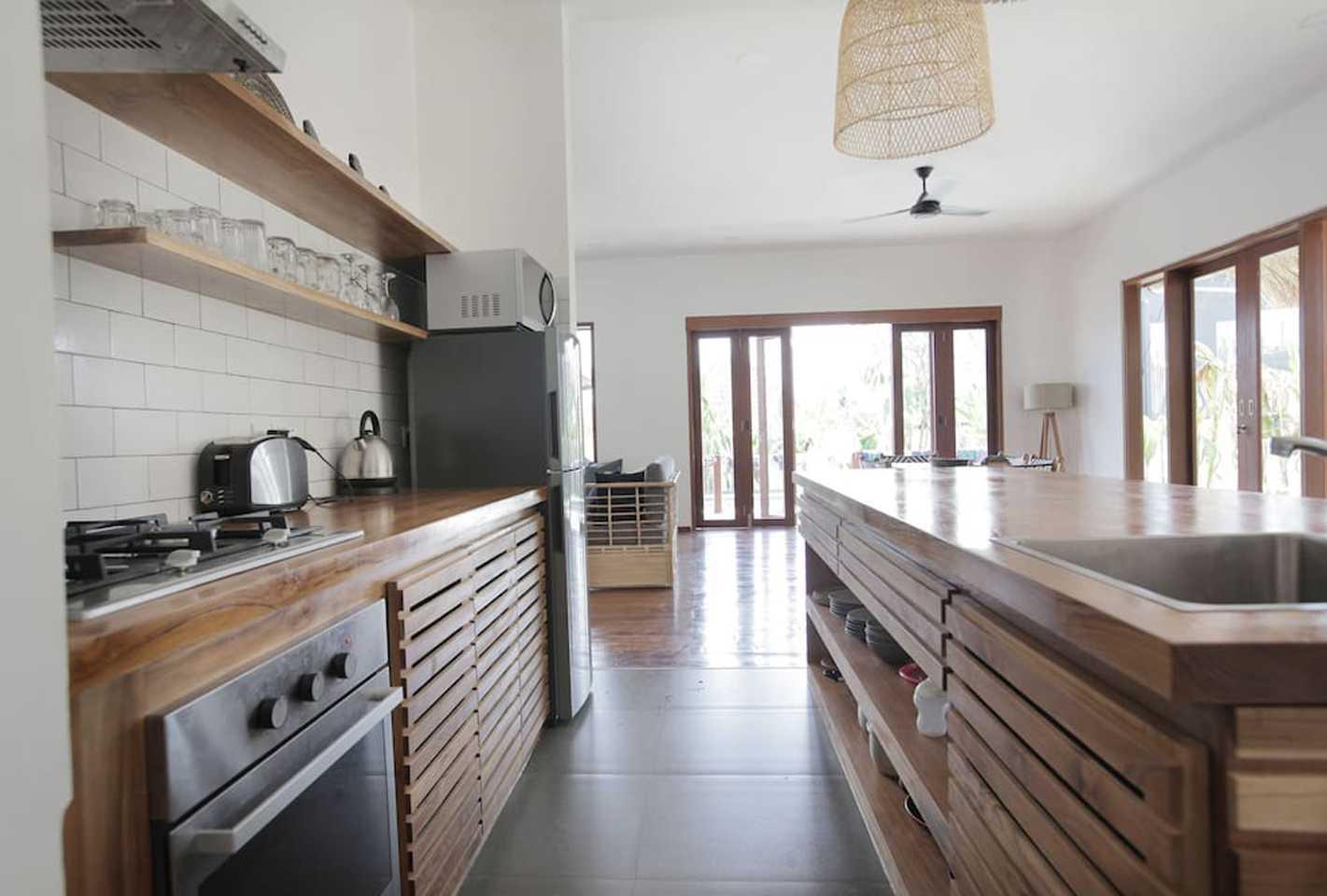 Hg Architects & Designers Associates Villa Pererenan Pererenan, Mengwi, Kabupaten Badung, Bali, Indonesia Pererenan, Mengwi, Kabupaten Badung, Bali, Indonesia Kitchen View  48587
