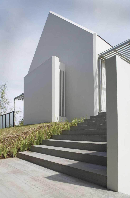 Foto inspirasi ide desain rumah Facade oleh Studio Air Putih di Arsitag