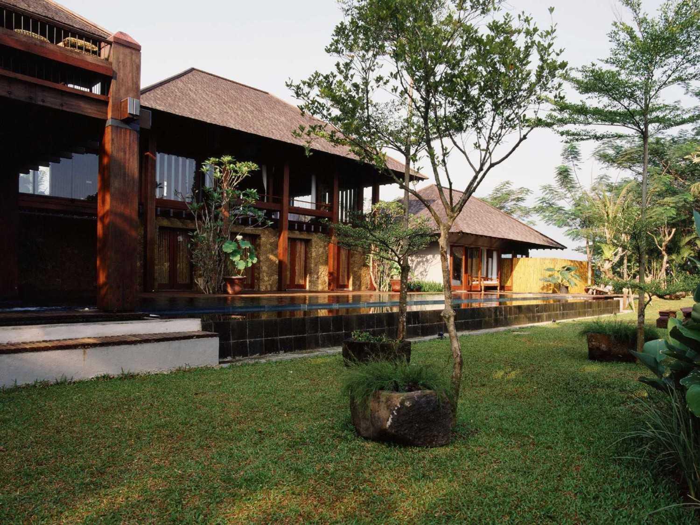 Foto inspirasi ide desain tradisional Garden area oleh Studio Air Putih di Arsitag