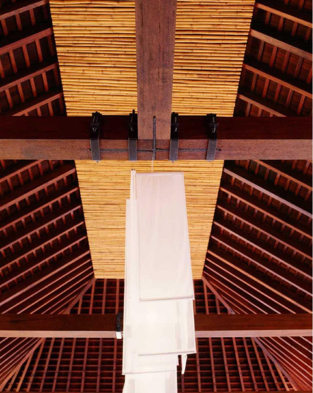 Foto inspirasi ide desain atap tradisional Ceiling details oleh Studio Air Putih di Arsitag