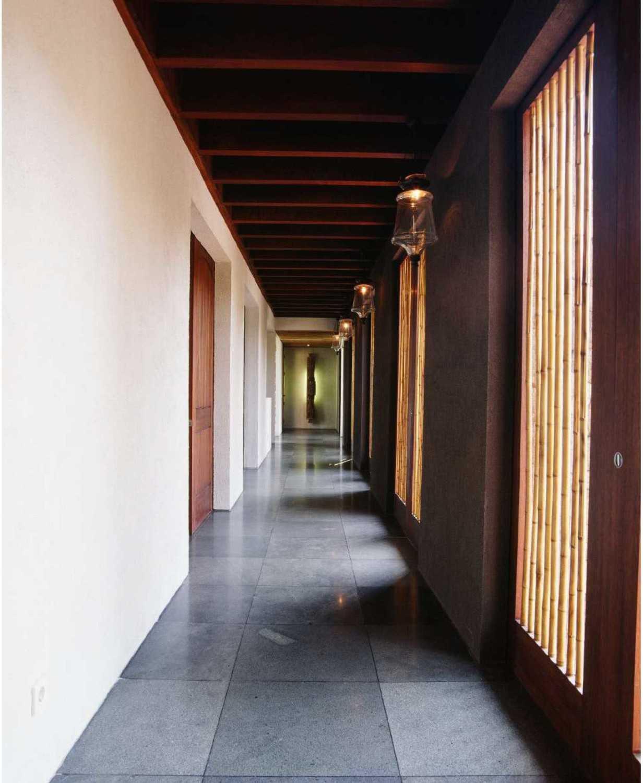 Foto inspirasi ide desain koridor dan lorong tradisional Corridor oleh Studio Air Putih di Arsitag