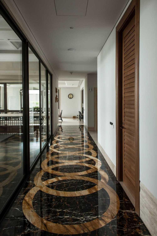 Foto inspirasi ide desain rumah klasik Stairs details oleh Studio Air Putih di Arsitag