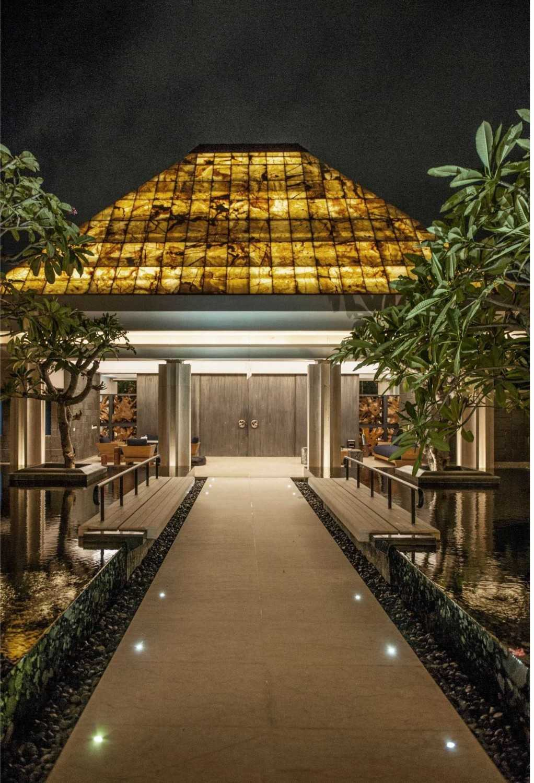 Foto inspirasi ide desain exterior klasik Entrance oleh Studio Air Putih di Arsitag