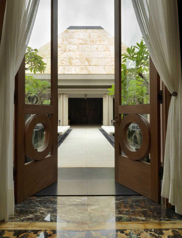 Foto inspirasi ide desain koridor dan lorong klasik Corridor oleh Studio Air Putih di Arsitag