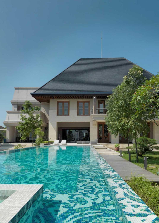 Foto inspirasi ide desain kolam klasik Swimming pool area oleh Studio Air Putih di Arsitag