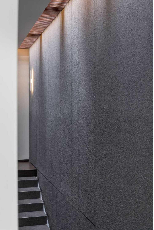 Foto inspirasi ide desain tangga kontemporer Stairs view oleh Studio Air Putih di Arsitag