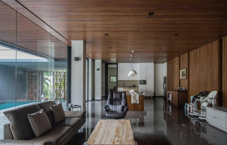 Foto inspirasi ide desain ruang keluarga kontemporer Living room oleh Studio Air Putih di Arsitag