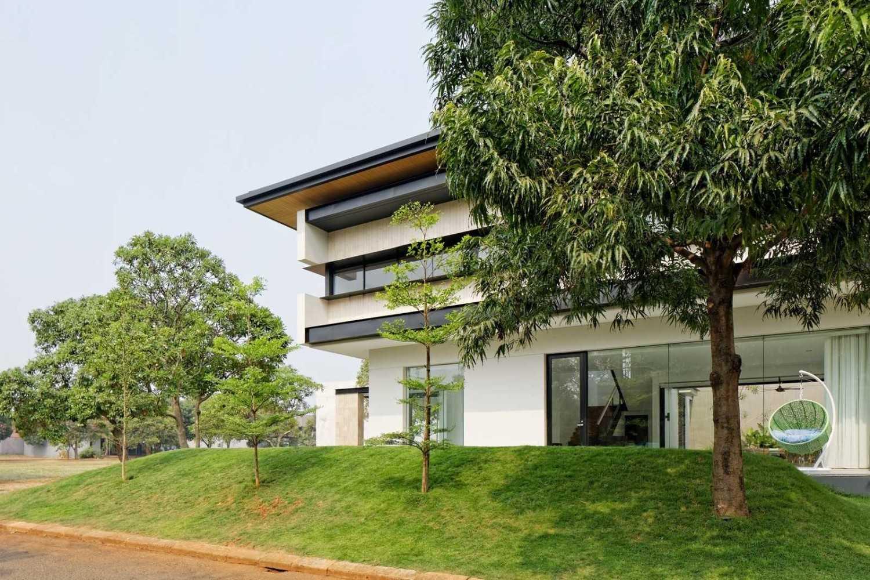 Foto inspirasi ide desain rumah modern Street view oleh AXIALSTUDIO di Arsitag