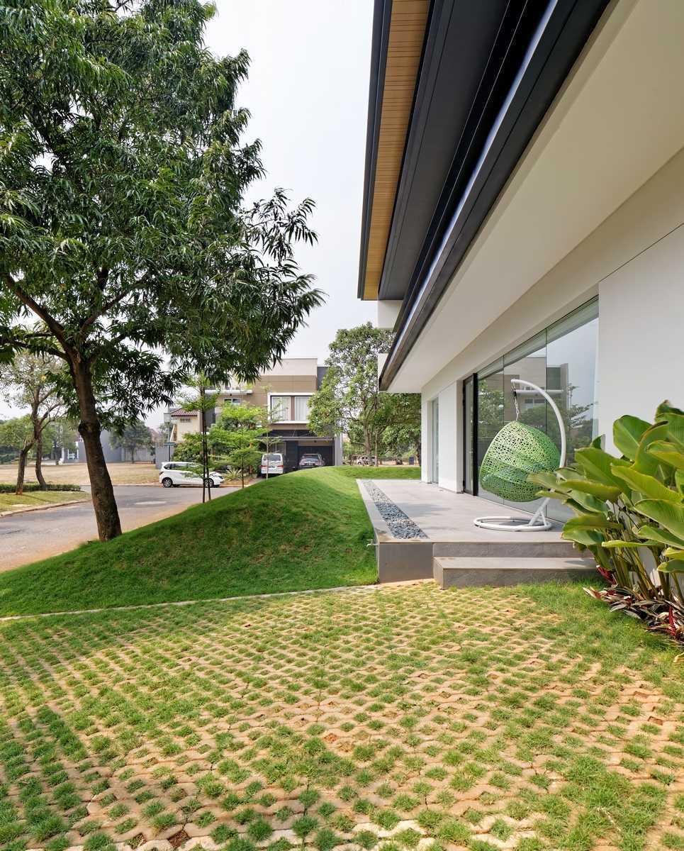 Foto inspirasi ide desain taman minimalis Terrace oleh AXIALSTUDIO di Arsitag