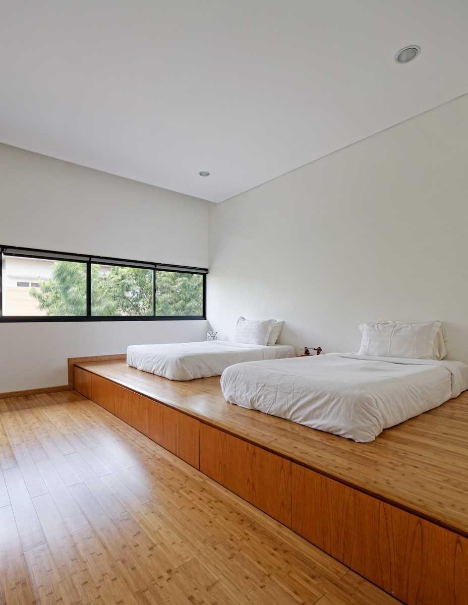 Foto inspirasi ide desain kamar tidur Bedroom oleh AXIALSTUDIO di Arsitag