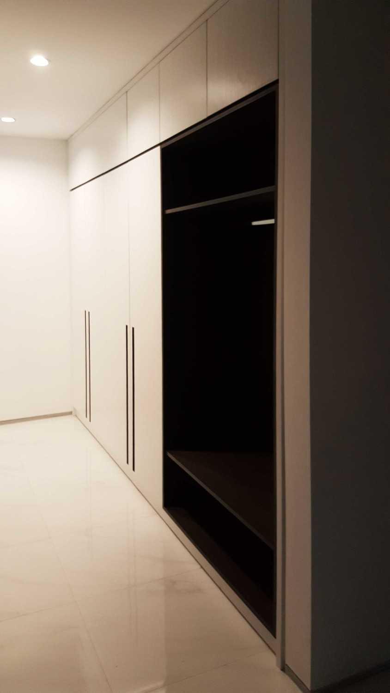 Foto inspirasi ide desain rumah kontemporer Purimas-master-bedroom-wardrobe-1 oleh KOMA di Arsitag