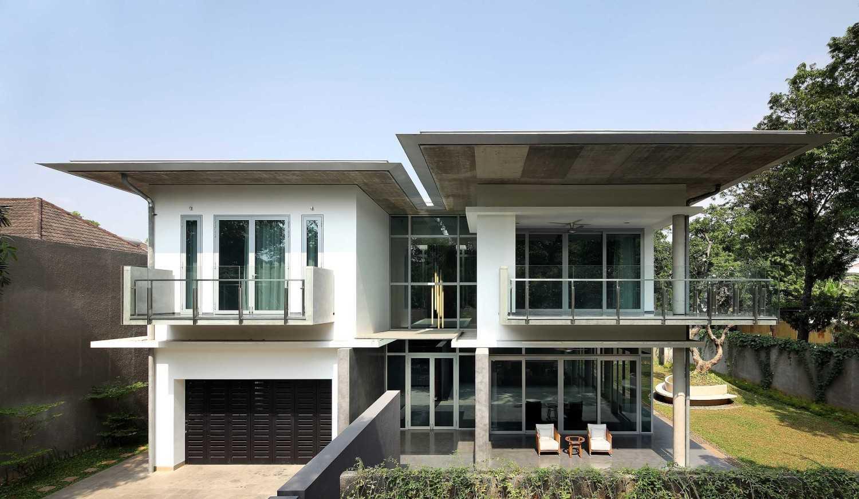 Foto inspirasi ide desain rumah modern Front view oleh Irianto Purnomo Hadi di Arsitag