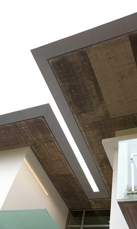 Foto inspirasi ide desain atap kontemporer Roof details oleh Irianto Purnomo Hadi di Arsitag