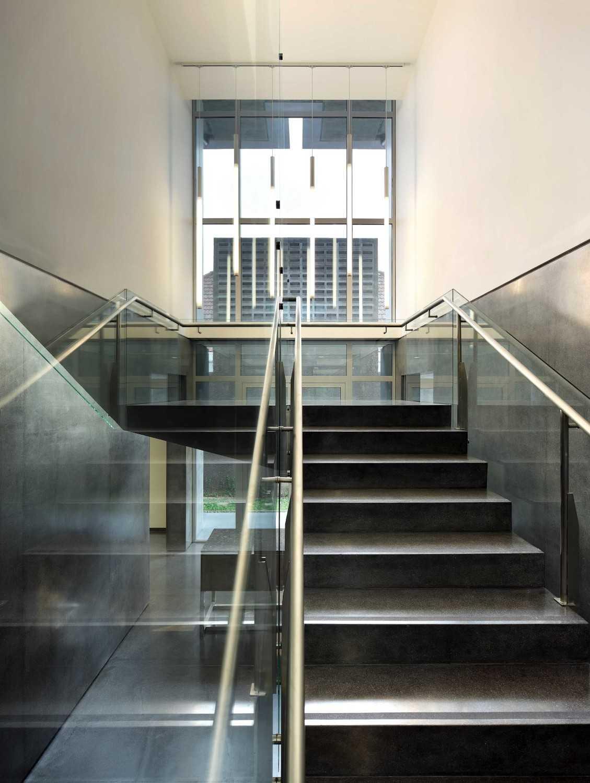 Foto inspirasi ide desain tangga kontemporer Stairs oleh Irianto Purnomo Hadi di Arsitag