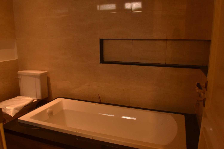 Foto inspirasi ide desain kamar mandi asian Dsc0003 oleh Smarchdesign12 di Arsitag