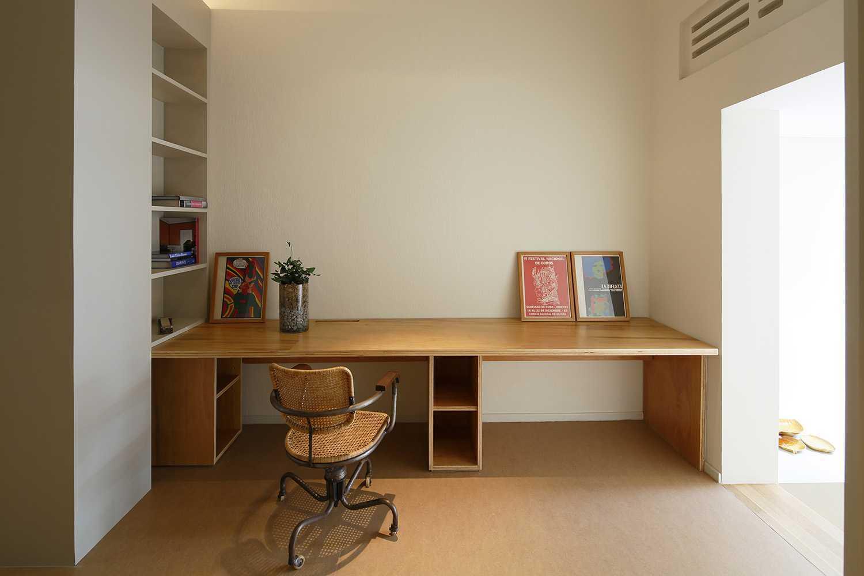 Foto inspirasi ide desain perpustakaan kontemporer Library oleh studio dinding di Arsitag