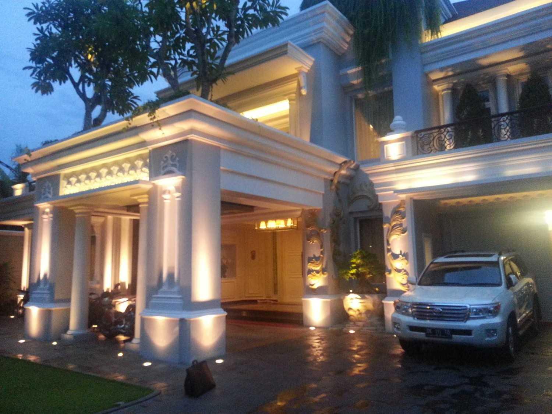 Foto inspirasi ide desain exterior klasik Part of facade oleh A N J A R S I T E K di Arsitag
